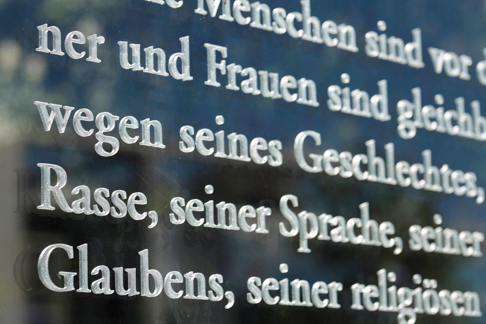 15.06.2020, Berlin, Deutschland - Foto: Ausschnitt aus Artikel 3 des Grundgesetzes auf der Glaswand zur Spreeseite am Ja