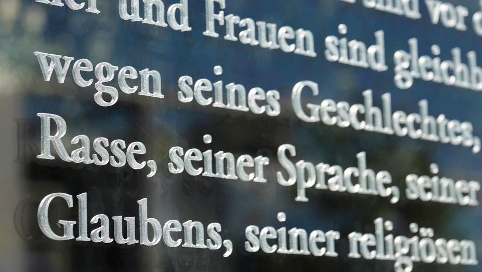 Grundgesetz-Passage auf einer Glaswand am Jakob-Kaiser-Haus