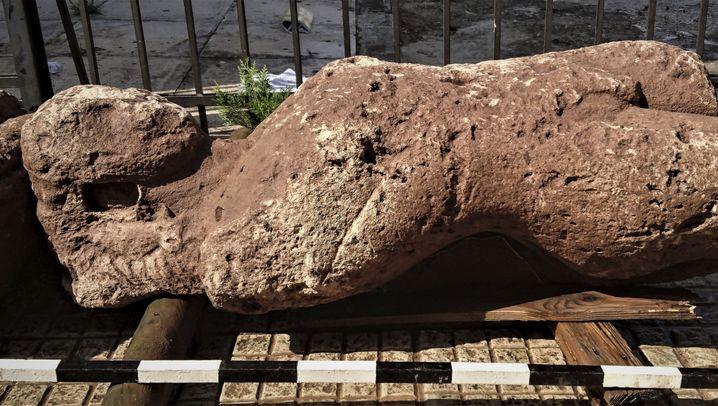 Antike: Vier Figuren und ein Friedhof
