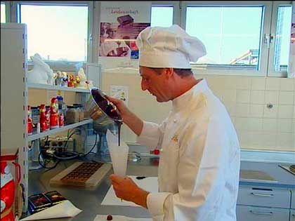 Die firmeneigene Testküche: Wie gießt man am besten einen Schoko-Weihnachtsmann