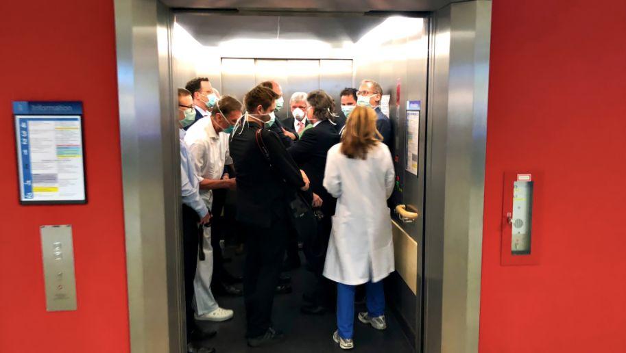 Mit Mundschutz, ohne Sicherheitsabstand: Gesundheitsminister Spahn und Hessens Ministerpräsident Bouffier im vollen Fahrstuhl