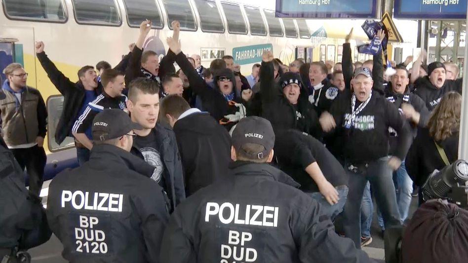 Polizei, Fußballfans bei Nordderby in Bremen: Wer zahlt die Zeche?