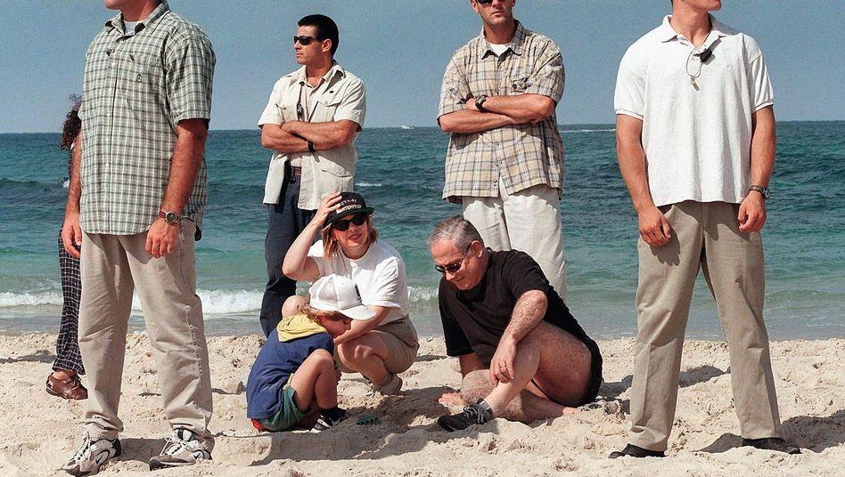 Netanyahu mit Familie und Bodyguards 1997