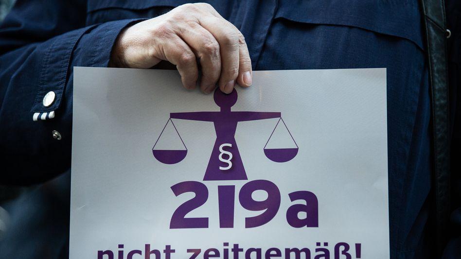 Demonstrantin gegen Paragraf 219a (am Randes des Prozesses gegen die Ärztin Kristina Hänel im Oktober 2018 in Gießen)