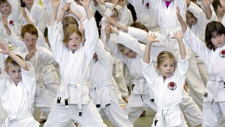 Kinder beim Karate: Wochenlanges Warten aufs Training