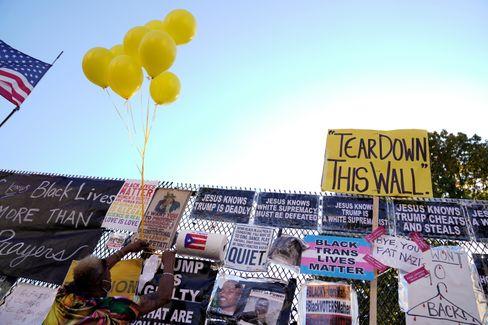 """""""Reißt diese Mauer nieder"""": Protestplakate am Weißen Haus"""