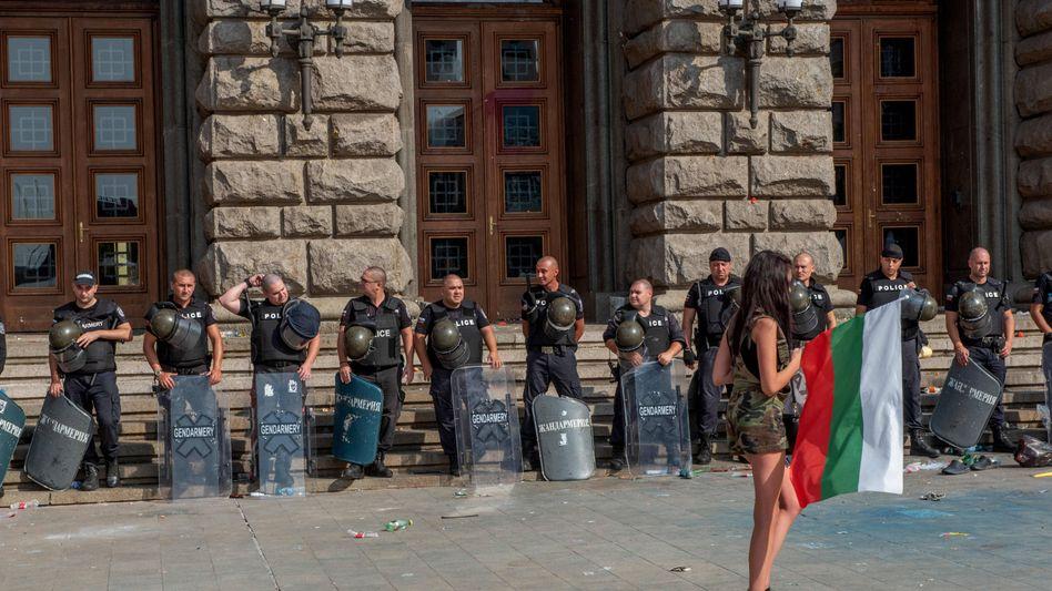 Proteste ohne Ende: Eine Demonstrantin in Sofia im Blickfeld der bulgarischen Sicherheitskräfte