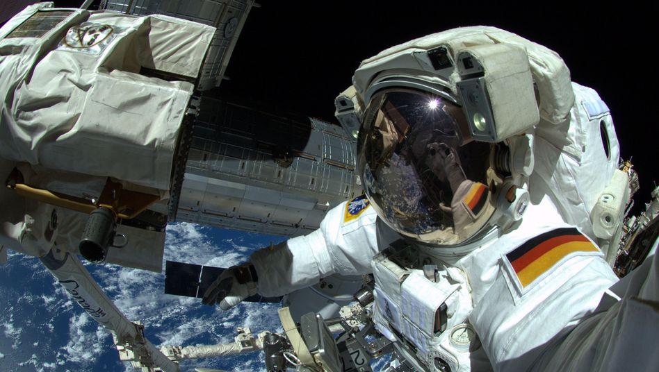 Astronaut Alexander Gerst bei einem Außeneinsatz an der ISS (im Oktober 2014)