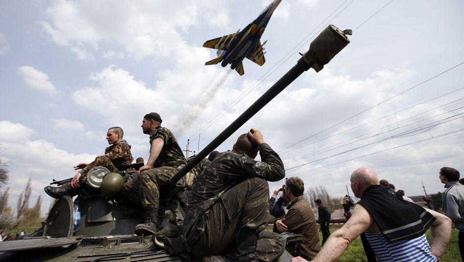 """Ukrainische Soldaten unter einem Kampfjet des Militärs: """"Absurder"""" Vorwurf"""