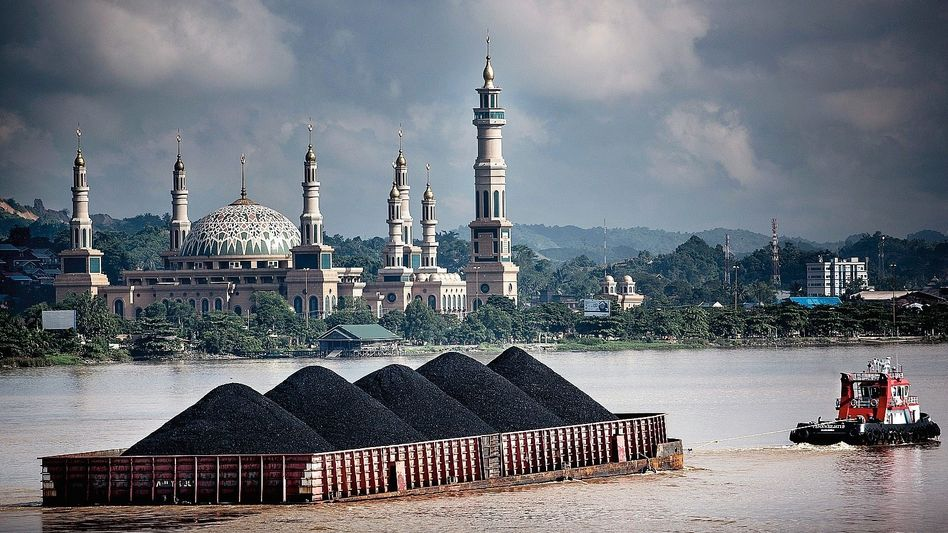 Kohlentransport auf dem Mahakam, Indonesien