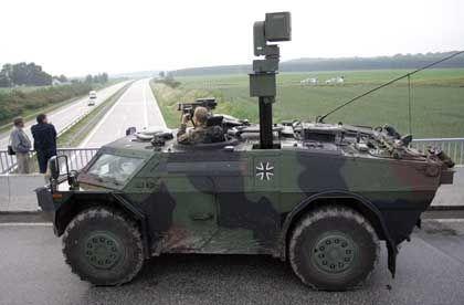 """""""Fennek""""-Spähpanzer auf einer Autobahnbrücke bei Rostock während des G-8-Gipfels: Schutzeinsatz am Maisfeld"""