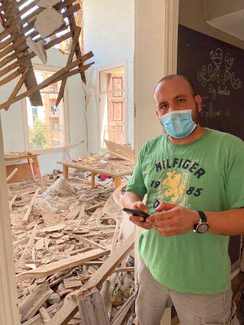 Alain Chaou zwischen Trümmern in seinem Haus: Alles ist zerstört
