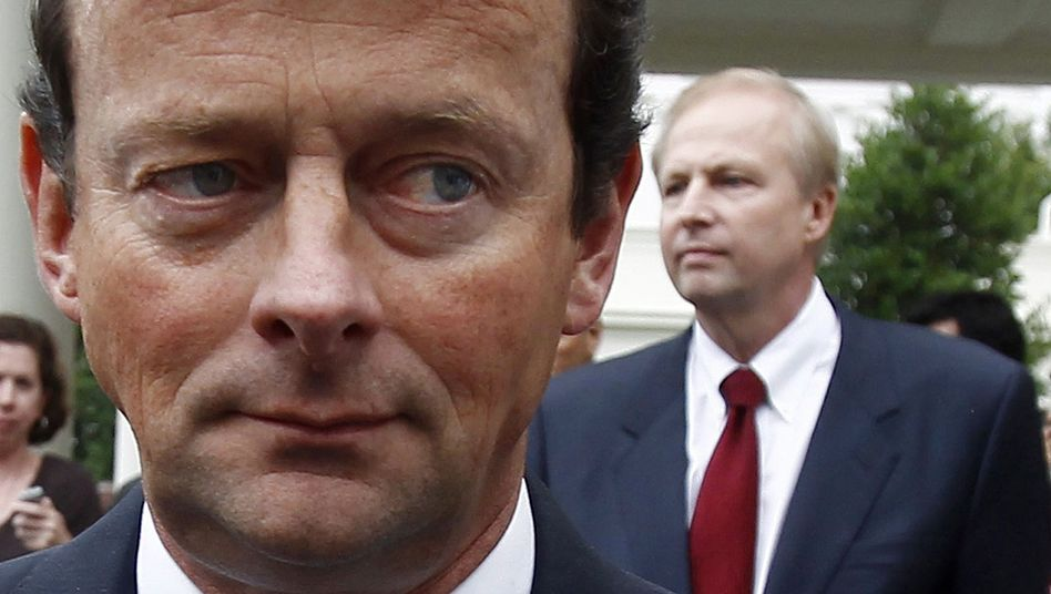 Tony Hayward (l) and his replacement as BP's CEO, Bob Dudley (r).