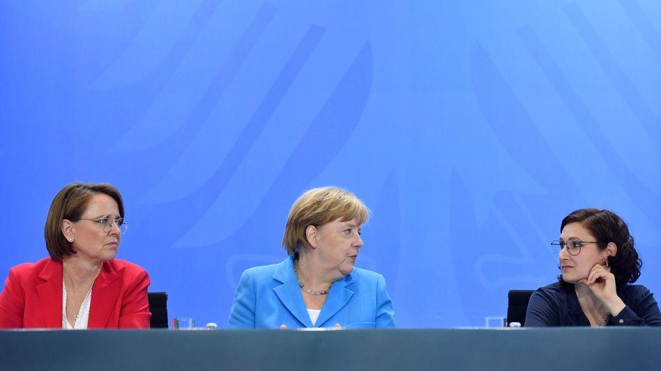 Angela Merkel und Ferda Ataman beim Integrationsgipfel