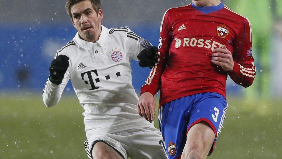 Bayerns Lahm (l.) 2013 gegen Moskaus Wernbloom: Am Dienstag ohne Zuschauer im Chimki-Stadion
