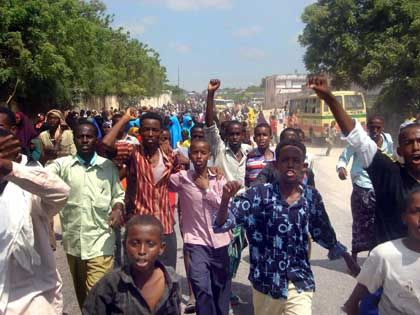 Bomben in Mogadischu - Viele Einwohner laufen nach der Bombardierung zum Flughafen.