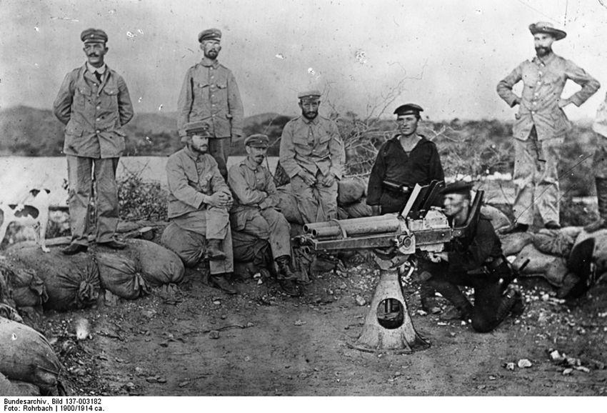 Солдаты и матросы во время учений по скорострельному огню: в отличие от гереро, у которых были только винтовки, у немецких колониальных войск также были артиллерия и пулеметы.
