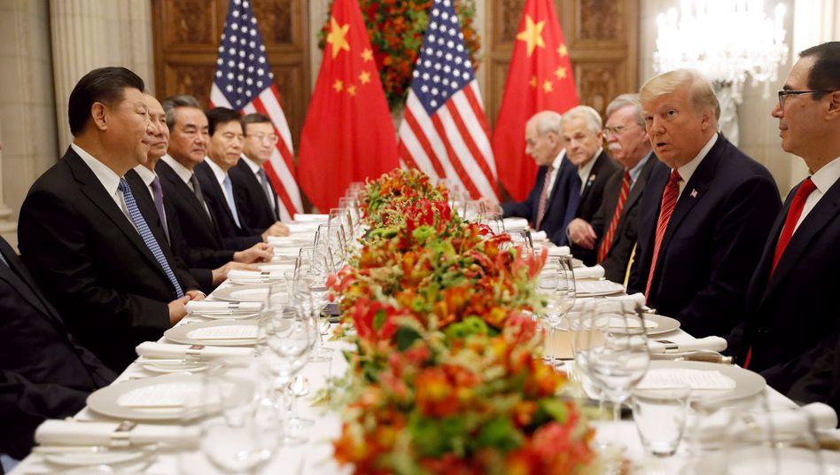 Chinas Präsident Xi Jinping (l.), US-Präsident Donald Trump (2.v.r.)
