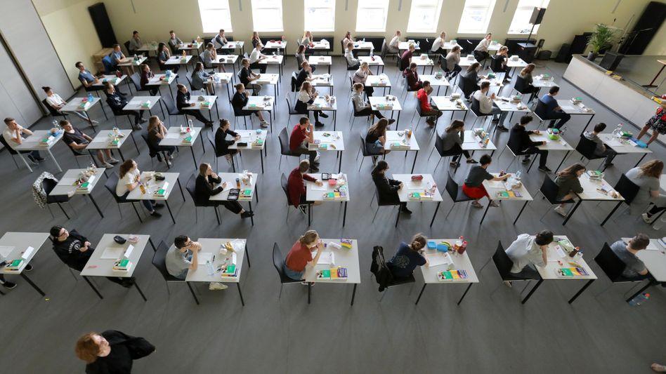 Abiturklausur in Rostock (Archivbild): »Durch den Wechselunterricht ist teilweise viel Zeit verloren gegangen, da oft alles zweimal unterrichtet worden ist«