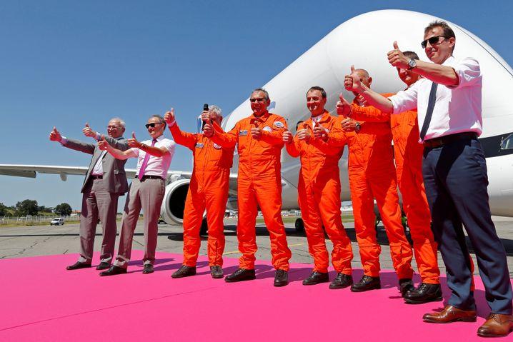 Künftiger Airbus-Chef Guillaume Faury (rechts) mit Piloten des Transportflugzeugs Beluga XL