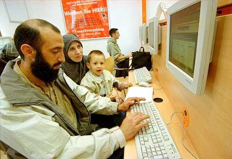 Patriarchisches Surfen: Shashaa Hesham im Netz, während Gina-Aisha und Ahmed nur zusehen
