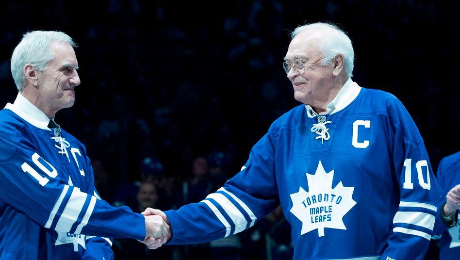 George Armstrong (r.) 2015 im Trikot der Maple Leafs (Archivbild)