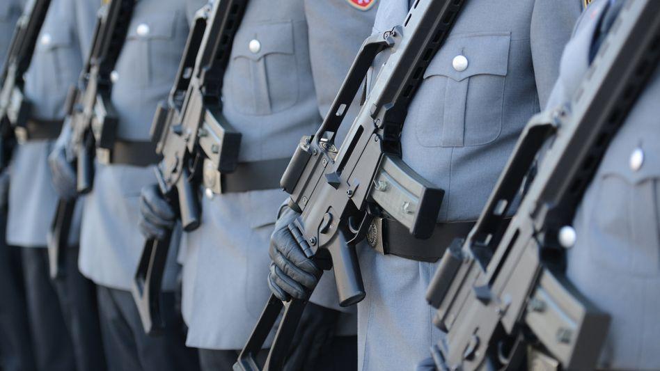 Soldaten mit dem G36, der bisherigen Standardwaffe der Bundeswehr (Archivbild)