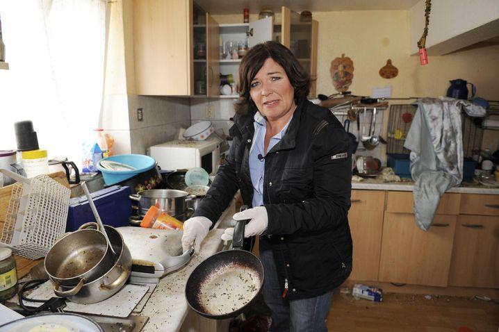 Vera Int-Veen in verwüsteter Küche: Moderatorin und Kammerjägerin