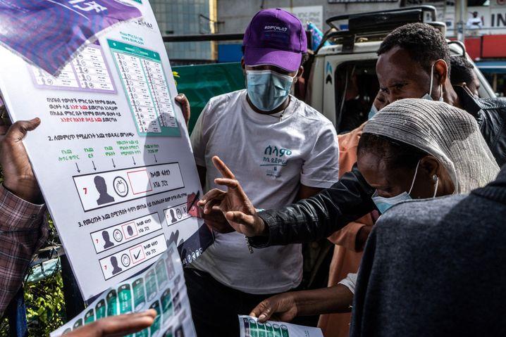 Wahlhelfer erklären das Wahlsystem in Addis Abeba: Die Bedenken bezüglich des Urnengangs sind groß