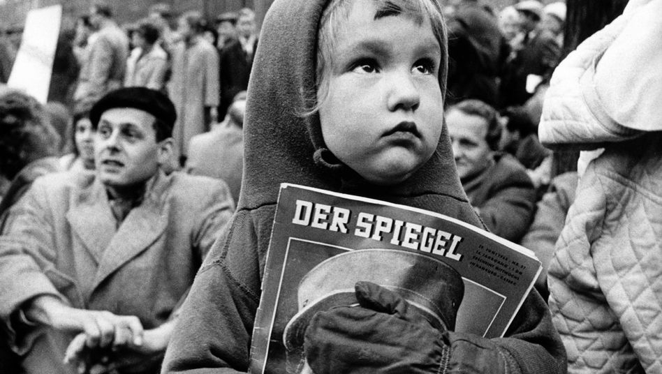 Protesters in this archive photo from 1962 demonstrate against the arrest of SPIEGEL editors. A cover story critical of the poor state of the German military led to arrests and a major debate over press freedoms in Germany.