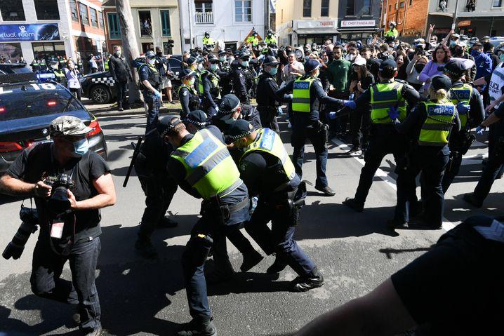 Auch am vergangenen Wochenende wurde in Australien demonstriert. Das harte Vorgehen der Polizei, wie hier am Sonntag in Melbourne, wird im Land derzeit kontrovers diskutiert