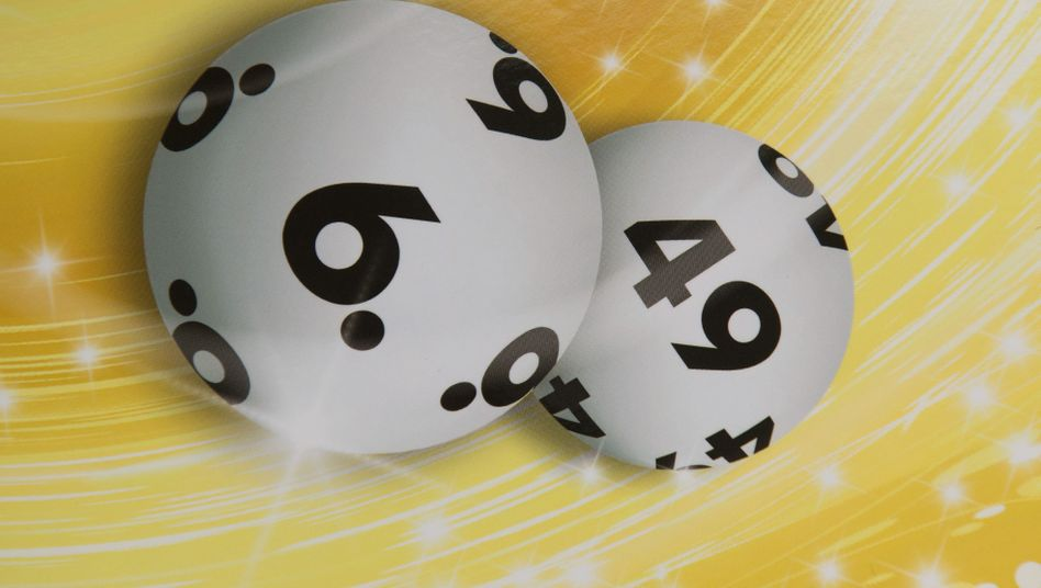 """Karte mit Kugeln des Glücksspiels """"6 aus 49"""" (Archivbild)"""