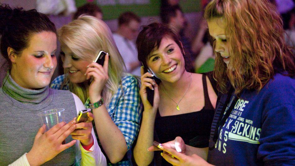 Jugendliche mit Handys: Gute Nummern, schlechte Nummern