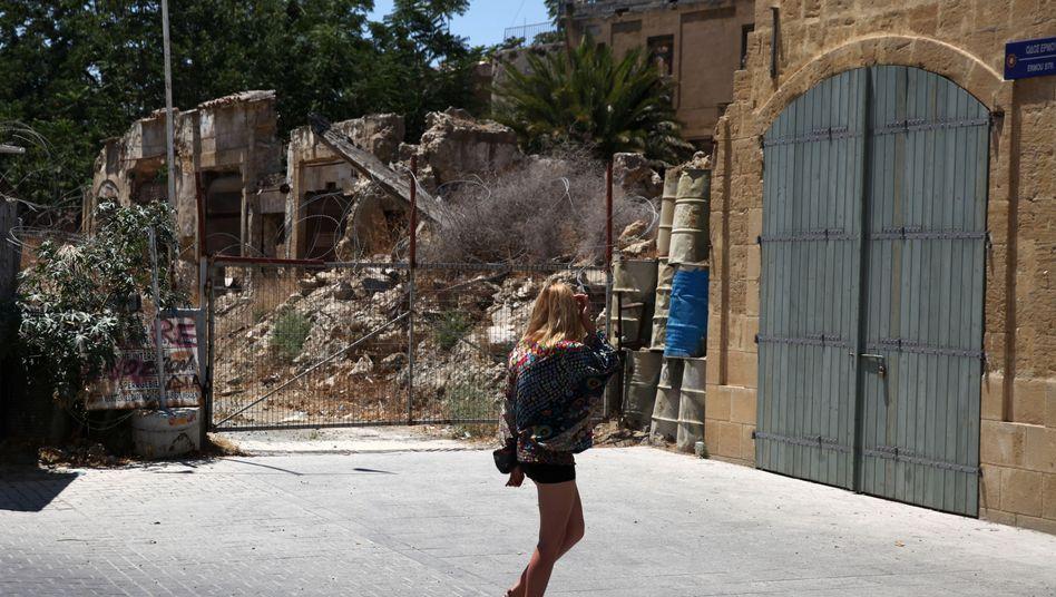 Touristin an der Uno-Pufferzone in Nikosia
