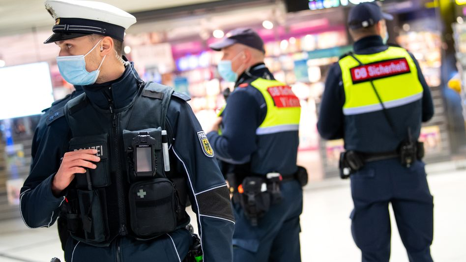 Sicherheitskräfte am Hamburger Hauptbahnhof