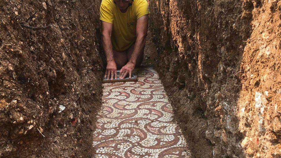 Das vermutlich über 1500 Jahre alte Mosaik im italienischen Ort Negrar di Valpolicella bei Verona