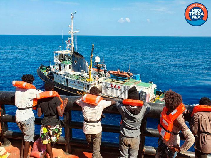 Flüchtlinge auf dem dänischen Tanker warten auf ihre Übernahme durch das Rettungsschiff