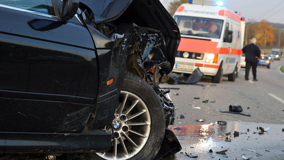 Bei Unfall zerstörtes Fahrzeug: Noch nie seit 1953 gab es in Deutschland so wenige Verkehrstote