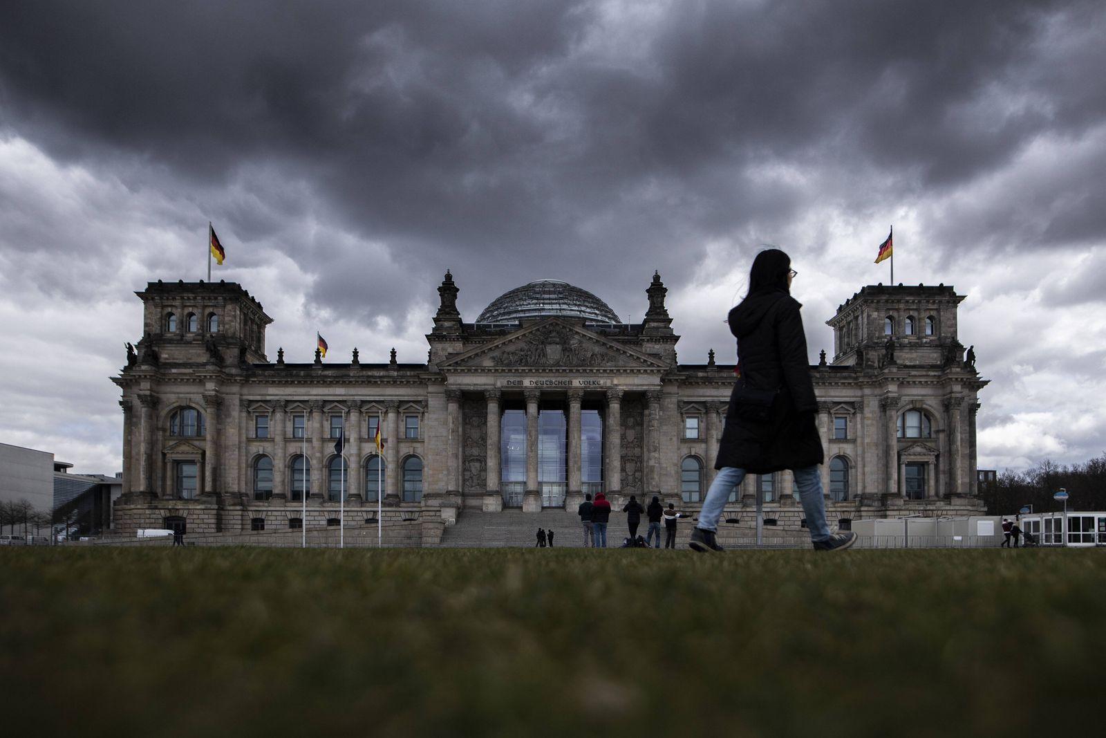 Personen zeichnen sich vor dem Deutschen Bundestag ab in Berlin, 08.04.2021. Berlin Deutschland *** People stand out in