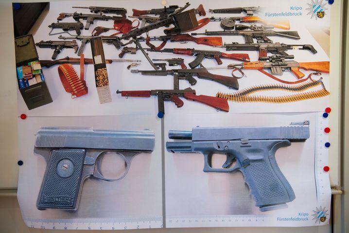 Die sichergestellten Waffen nach Maximilian B.s Festnahme: Sie inszenierten sich, in jeder Hand eine Waffe