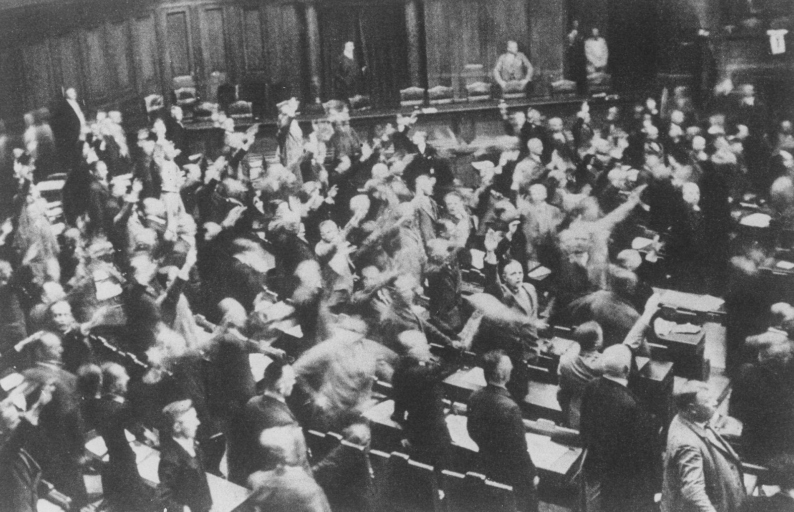 1. Massenveranstaltung der NSDAP mit Hitler als Redner im Zirkus Krone in Muenchen