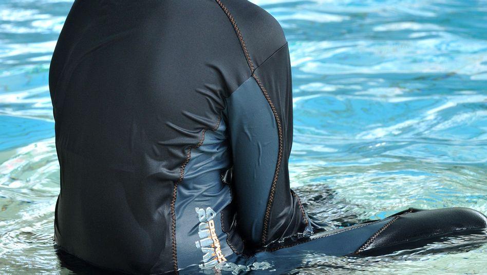 Eine muslimische Schülerin in einem Ganzkörper-Badeanzug