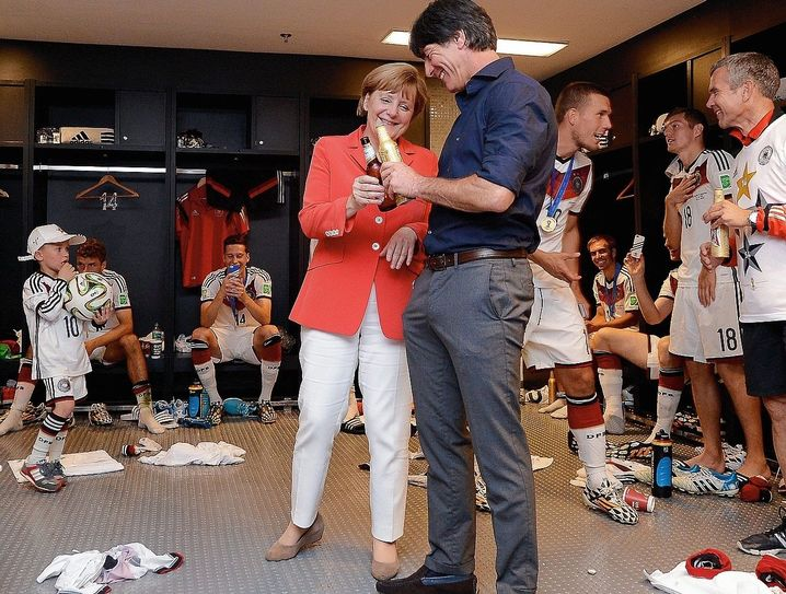 Jubelpaar Merkel, Löw (nach dem deutschen Sieg im Finale der Weltmeisterschaft 2014 in Brasilien): Wir schaffen das