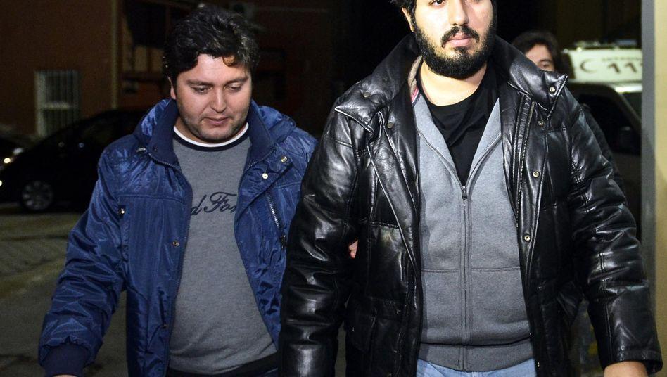 Goldhändler Zarrab (r.) bei seiner Festnahme in Istanbul im Dezember 2013