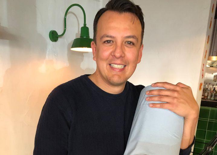 """Sparsam: Taquería-Betreiber Miguel Zaldívar mit der """"blauen Rolle"""" Wischpapier"""