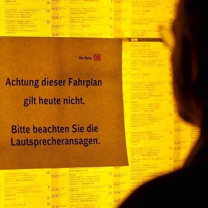 Streikankündigung auf einem Fahrplan: Ankündigung im sinne der Bahn-Kunden