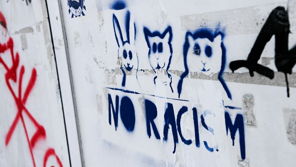 Antirassistisches Graffito in Berlin-Neukölln