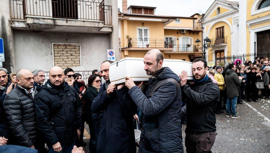 Der dreijährige Giorgio Punzo wird in Cesa bei Neapel zu Grabe getragen. Er starb an Krebs.