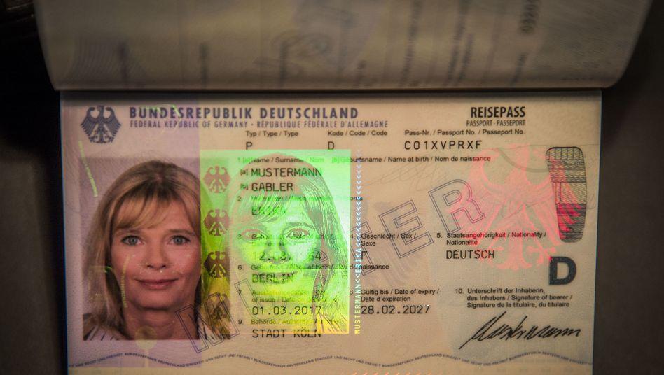 """Musterexemplar eines Reisepasses: """"Zerstörung der Existenz der Fotostudios in der Bundesrepublik"""""""
