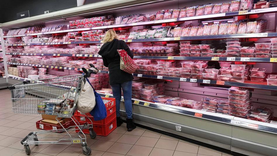 Fleischregal in einem deutschen Supermarkt